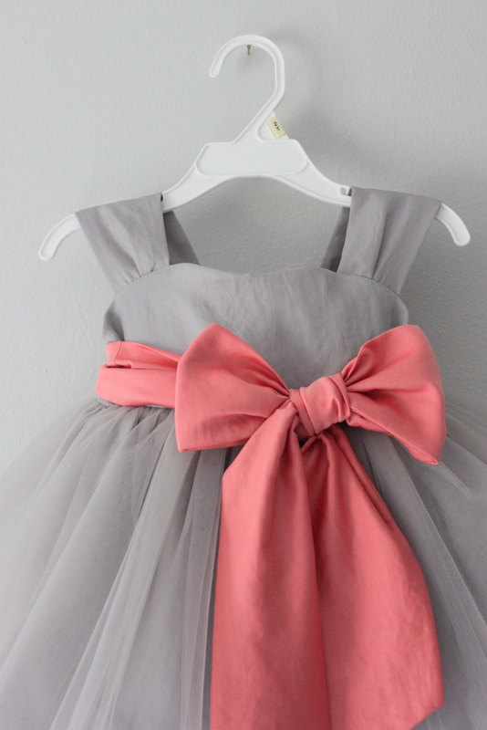 Grey flower girl dress with pink sashsleeveless round collar flower grey flower girl dress with pink sashsleeveless round collar flower girl dress mightylinksfo